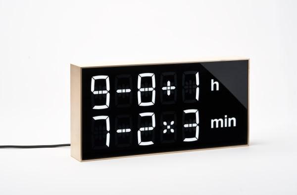 """Gewinnen Sie eine """"Albert Clock"""" von Axel Schindelbeck mit einem Rahmen aus Ahornholz im Wert von 359 Euro."""