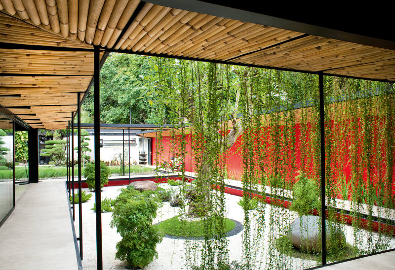 Bambus und Beton: Überdachte Stege und tiefergelegte Rechtecke gliedern den japanisch inspirierten Garten.
