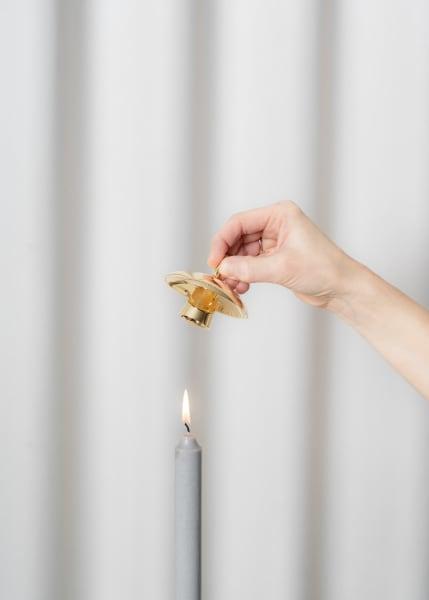 """Einem Narzissenkelch nachempfunden ist das Löschhütchen """"Flora"""" aus poliertem Messing von Skultuna (70 Euro)."""