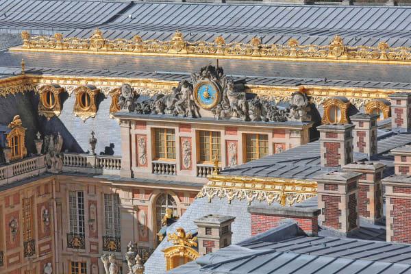 Die Fassade vor dem Marmorhof des Château de Versailles, erbaut von Louis Le Vau, von 1653 bis 1670 premier architecte du Roi.
