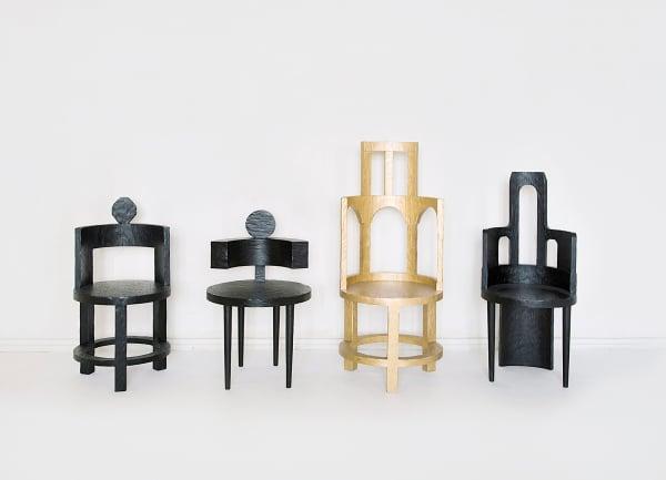 """Die Stühle """"Wild Sculptural"""" sind aus gestrichenem 100-jährigem Eichenholz gefertigt. Je 2470Euro."""