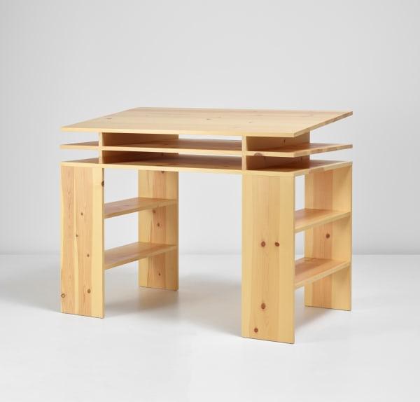 """In der Online-Only Auktion """"Desktop"""": Donald Jud, """"Standing Writing Desk #40"""", designed 1984 und 2012 produziert, Schätzpreis: 5700 - 8000 Euro."""