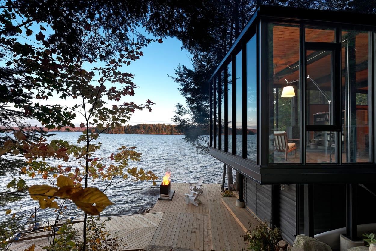 Kawagama See, Lake, Boathouse, Bootshaus, Building Arts Architects, Architektur, Cabin, Retreat, Holzfassade, Glas, Outdoor, Stehleuchte, Fenster