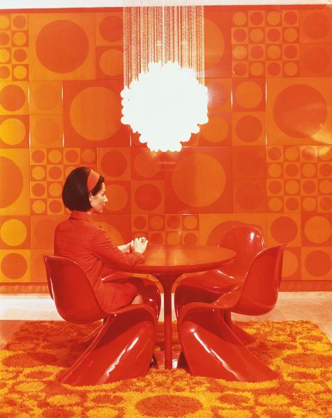Marianne Panton auf dem Panton Chair, ca. 1970