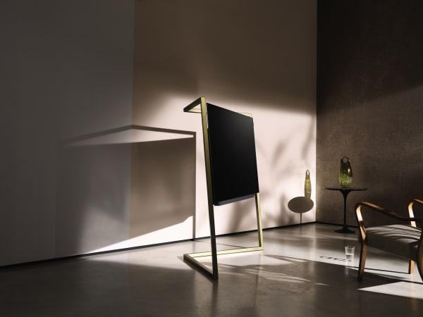 """Formvollendet: Loewes""""Bild 9"""" erinnert eher an eine Skulptur als an einen Fernseher. Ein handgeschmiedeter Stahlrahmen trägt den sieben Millimeter dünnen Bildschirm."""