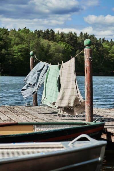 """UrbanarasTuch """"Nanzili"""" kennzeichnet auf der Liegewiese am See unser Revier, 25 Euro."""