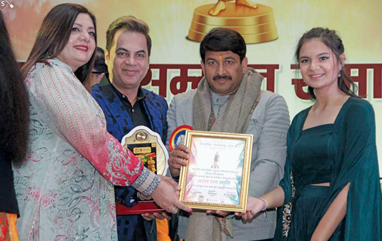 Makeup artist Tarun Kapoor conferred with an award at Atal Ratna