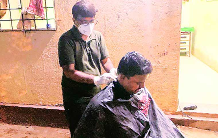 Salon owner provides free grooming to corona warriors