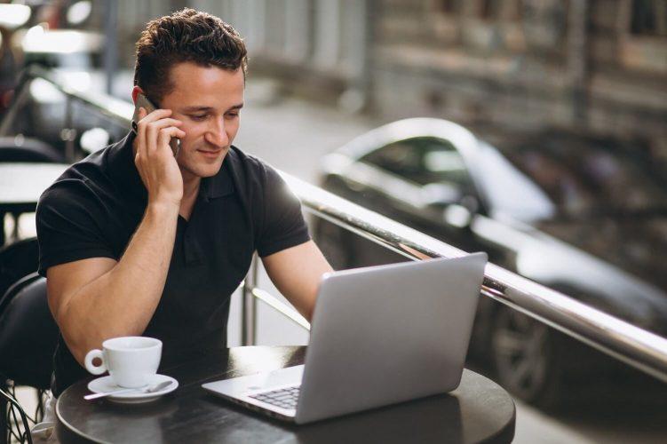 homem bem sucedido em um café