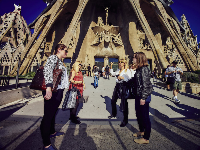 full day gaudí in barcelona tour with an architect context tours