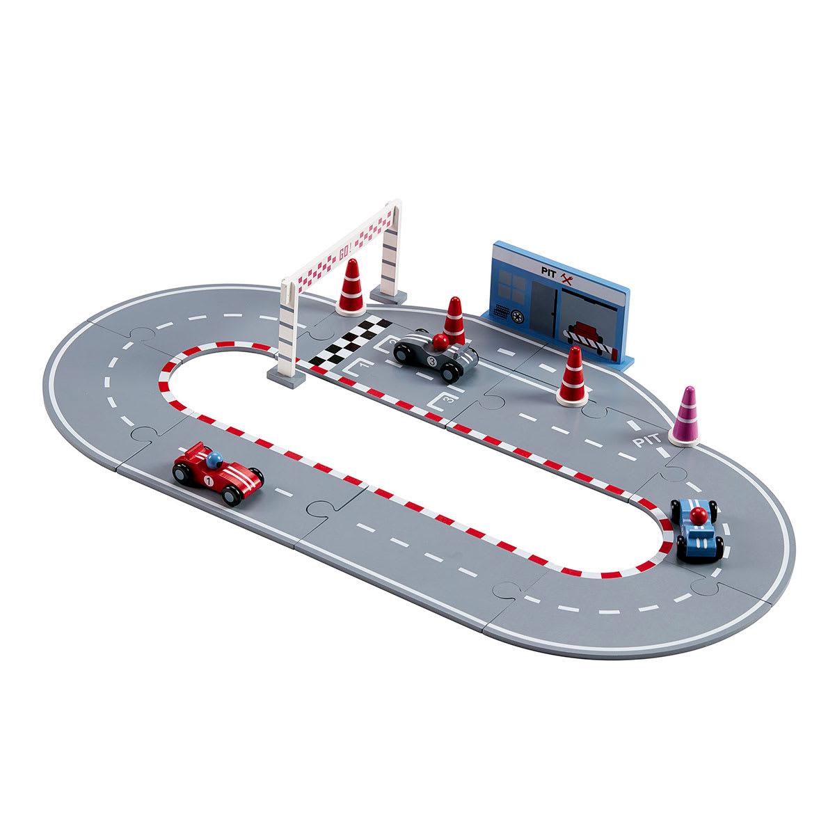 Inkl. 3 racerbiler, 4 kegler, målstreg med startfelt og pitstop