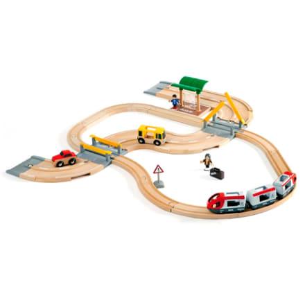Med tog, bil, bus, station, vejskilte mv.