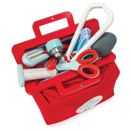 Med lægeinstrumenter og medicinflasker i træ