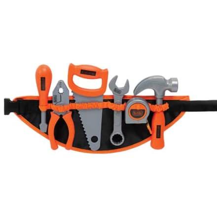 Med skruetrækker, tang, sav, skruenøgle, målebånd og hammer