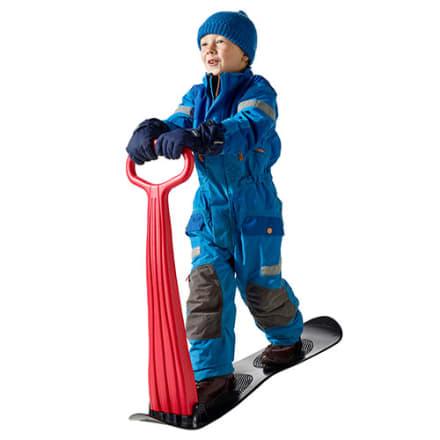 Sus afsted i sneen på det sammenklappelige board med håndtag