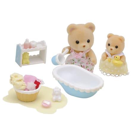 Nu skal babybjørn Mikkel bades