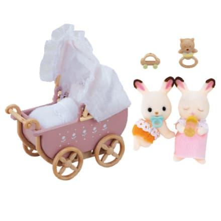 Simon og Sofia Chokoladekanin elsker deres barnevogn og legetøj