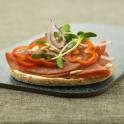 Smörgås med salami, ärtskott och solrosfrön