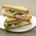 Smörgås med kalkon, valnötskesella och babyspenat
