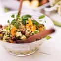 Quinoasallad med gurka, aprikos och nötter