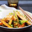 Grönsaks- och nudelwok med stekt lax