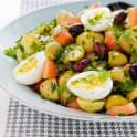 Örtig sallad på potatis och ägg