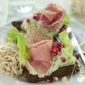 Smörgås med avokadofärskost, skinka och groddar