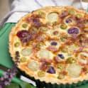 Lökpaj med gröna oliver och parmesanost