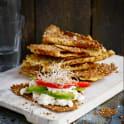 Hirsknäckemacka med cottage cheese, avokado och groddar