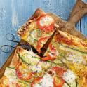 Pizza med grönsaker och mozzarella