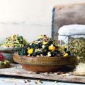 Linsgroddsallad med mango, avokado och kål