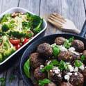 Råstekt broccoli med bulgur och grekiska köttbullar