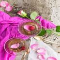 Choklad- och moccamousse med kanderade rosenblad
