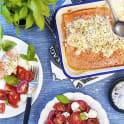 Ugnslax med färskosttopping och tomatsallad