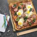 Pizza med ägg och korv