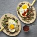 Quinoa- och mathavremix med stekt ägg