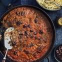 Köttfärspanna med oliver och krossade tomater