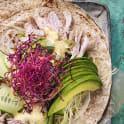 Wrap med kyckling, avokado och sesamdressing