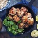 Kokospanerade tonfiskbollar med doppsås