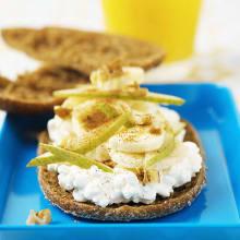 Bild på Kesosmörgås med banan, päron och valnötter