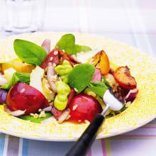 Bild på Sallad med bacon, plommon och avokadosås