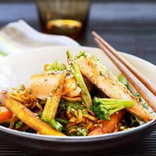 Bild på Grönsaks- och nudelwok med stekt lax