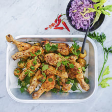 Kycklingben med röd coleslaw och örtpotatis