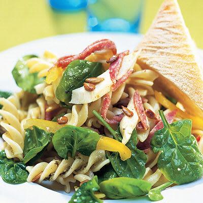 Bild på Pastasallad med salami och mozzarella