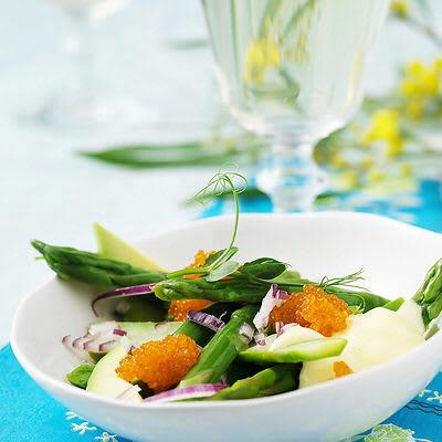 Bild på Avokado- och sparrissallad med caviar och hollandaise