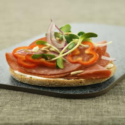 Bild på Smörgås med salami, ärtskott och solrosfrön