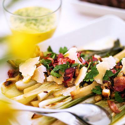 Bild på Vårlöks- och svartrotssallad med knaprig bacon och krutonger