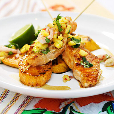 Bild på Cajunlax på spett med sötpotatis och ananas- och räksalsa