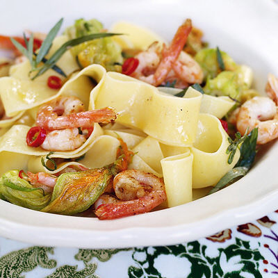 Bild på Färsk pasta med räkor och zucchiniblommor