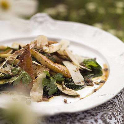 Bild på Mangoldsallad med zucchini, päron och peccorino